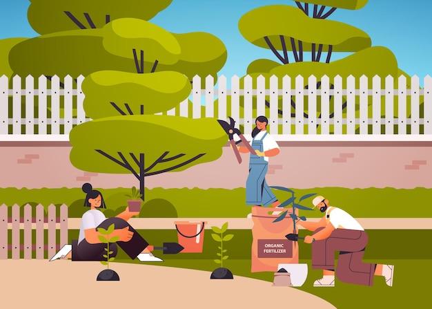 Gärtner, die sich um pflanzen kümmern, die zusammenarbeiten, die gartenblumen im hinterhofgartenkonzept in voller länge horizontale illustration pflanzen