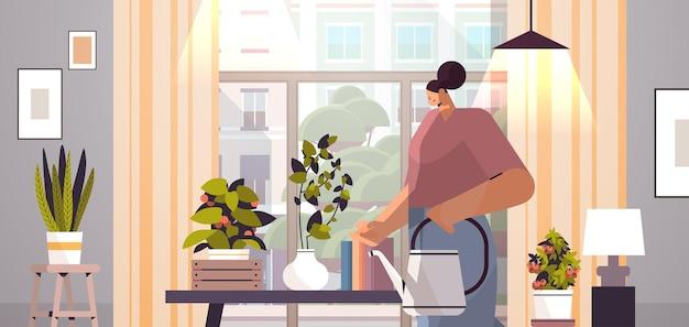 Gärtnerin mit gießkanne kümmert sich um topfpflanzen im hausgarten-wohnzimmer-innenraum horizontale porträtvektorillustration