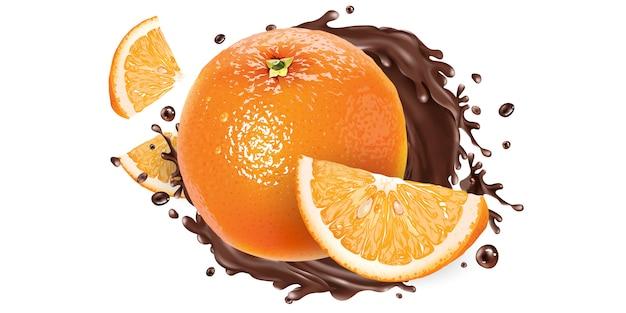 Ganze und geschnittene orangen in einem schokoladenspritzer.