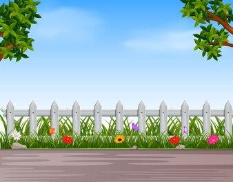 Garten mit Holzzaun und Straße