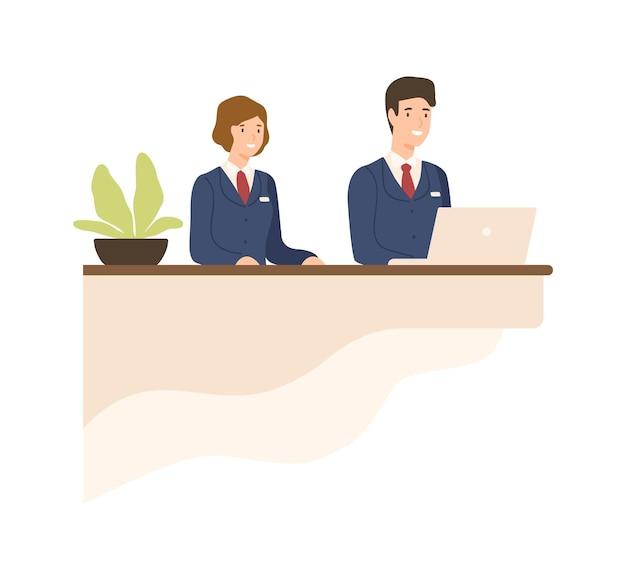 Gastfreundschaft männlich und weiblich in uniform an der flachen vektorgrafik des zählers. freundliche cartoon-empfangsdame, die an der rezeption arbeitet, isoliert auf weiss. lächelnder mitarbeiter des betriebspersonals.
