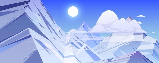 Gebirgslandschaft mit felsen und eisspitzen. vektor-cartoon-naturszene mit berggipfeln, die von weißem schnee, wolken und sonne am blauen himmel bedeckt sind. illustration des hohen felsbereichs