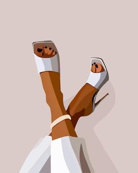 Gebräunte weibliche beine in weißen sandalen und hosen