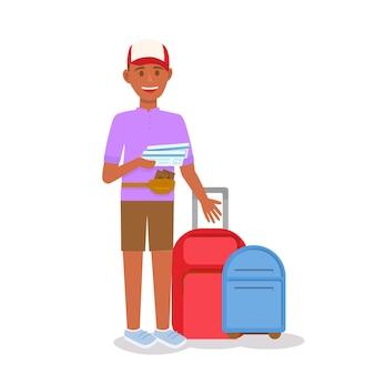 Gebräunter mann, der karten in händen an den koffern hält.