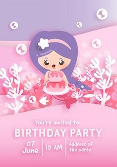 Geburtstagsfeier-einladungskartenschablone mit der niedlichen kleinen meerjungfrau, die kuchen unter dem ozean hält.