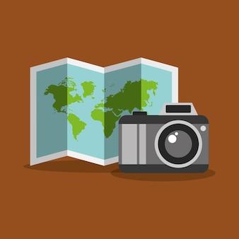 Gefaltete karte und kamera foto touristenausrüstung
