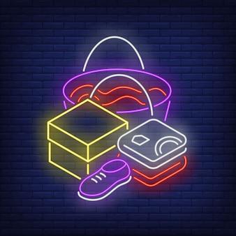 Gefaltete kleidung, schuh, box und einkaufstasche leuchtreklame