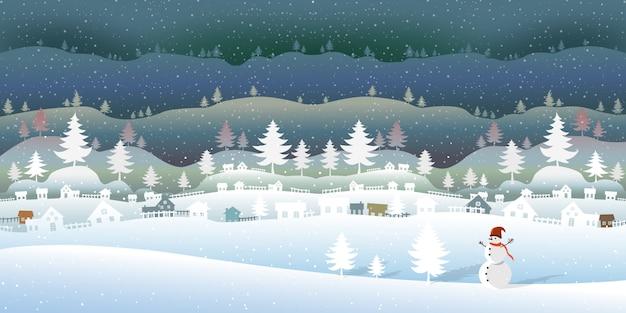 Gefrorener wald mit schöner winterlandschaft.