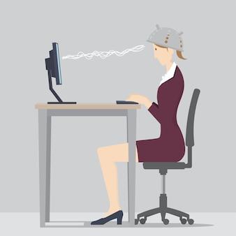 Gegen mind control-konzept. frau sitzt am schreibtisch und trägt ein sieb, um sie vor gedankenkontrolle zu schützen.