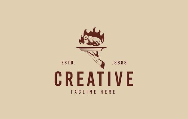 Gegrilltes hähnchen-logo-design-inspiration hand-serviertablett mit heißem hähnchen-vektor