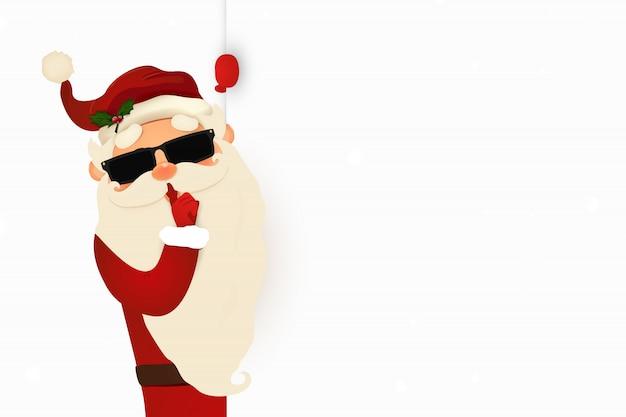 Geheimer weihnachtsmann-einladungshintergrund, der hinter einem leeren schild steht und auf großem leerem schild zeigt.