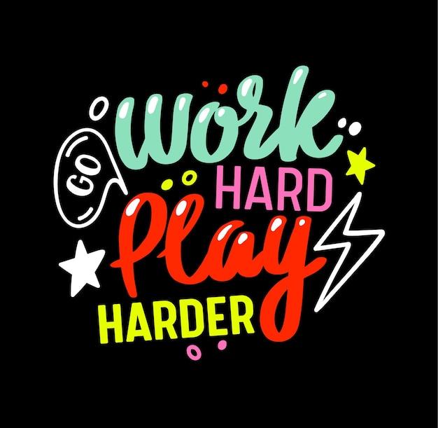 Gehen sie hart arbeiten, spielen sie härter gaming-motto. bunte gamer-zitat-schriftzug, t-shirt-druck oder banner mit kreativer typografie auf schwarzem hintergrund isoliert. zitat von computerspielen. vektorillustration