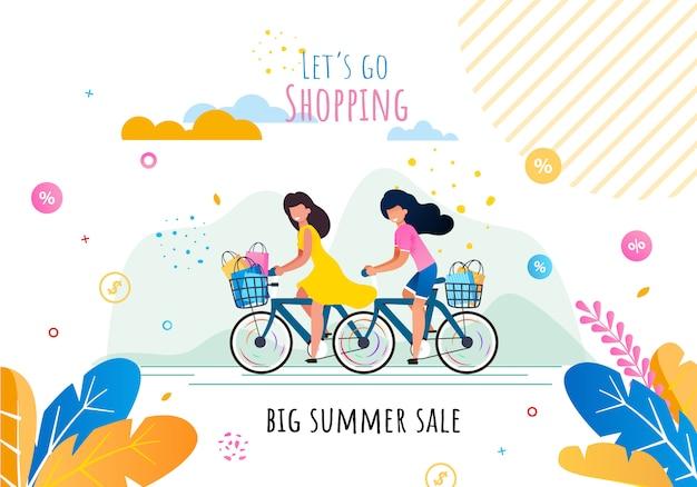 Gehen wir einkaufen mit großer verkaufsmotivation im sommer. karikatur-glückliche lächelnde frauen, die fahrrad mit den körben voll von den käufen in den geschäftspapiertüten fahren.