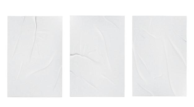 Geklebte schlecht zerknitterte zerknitterte papierblattschablonensatz verspotten weißen hintergrundplakat realistisch