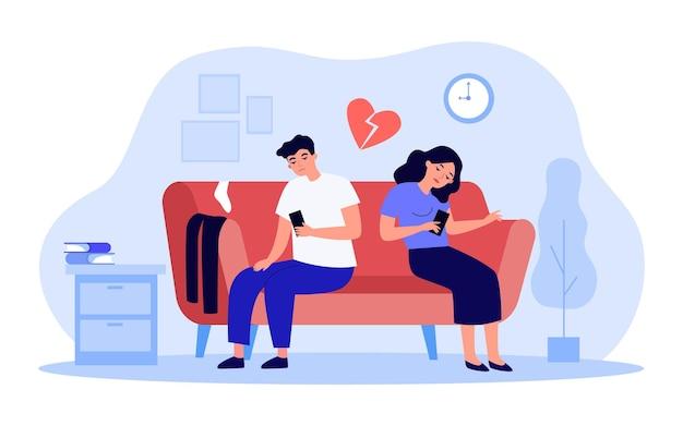 Gelangweilte paare, die auf dem sofa sitzen, während sie ihre telefone betrachten. mann und frau müde von einander flache vektorgrafiken. beziehung, trennungskonzept für banner, website-design oder landing-webseite