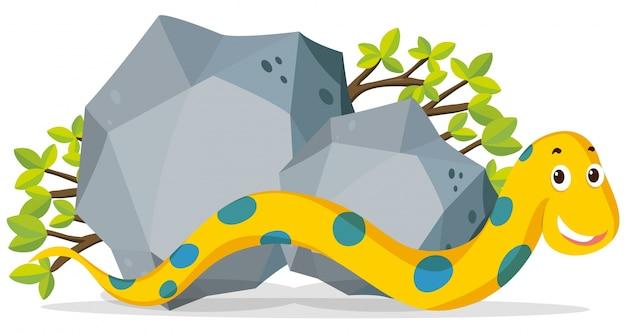 Gelbe schlange, die durch den stein kriecht