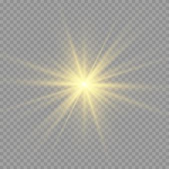 Gelbe sonne mit strahlen und glühen auf transparentem wie hintergrund. enthält eine schnittmaske. glimmlicht. vektorillustration eps 10.
