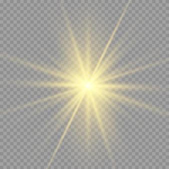 Gelbe sonne mit strahlen und glühen auf transparentem wie hintergrund. enthält eine schnittmaske. glimmlicht.