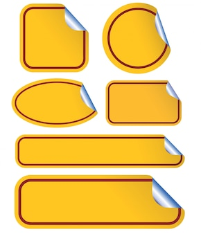 Gelber leerer klebriger gekräuselter papiersatz lokalisiert auf weiß.
