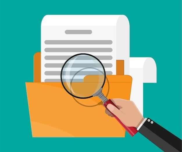 Gelber ordner mit dokumentenpapierrolle und lupe