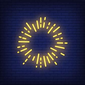 Gelber Sonnenstrahlkreis auf Ziegelsteinhintergrund. Neon-Artillustration. Feuerwerk, Rahmen