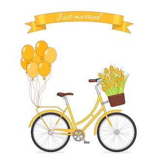 Gelbes retro- fahrrad mit tulpenblumenstrauß im blumenkorb und in den ballonen befestigt zum stamm.