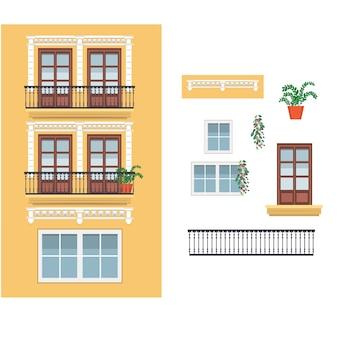 Gelbes spanisches gebäude mit balkonen