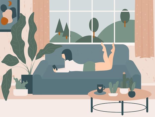 Gemütliche handgezeichnete karikatur home interior. mädchen, das auf dem sofa nahe fenster mit telefon in den händen liegt.