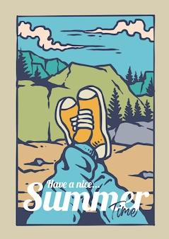 Genieße das sommerabenteuer auf dem berg mit turnschuhen