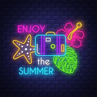 Genieße den sommer. leuchtreklame schriftzug