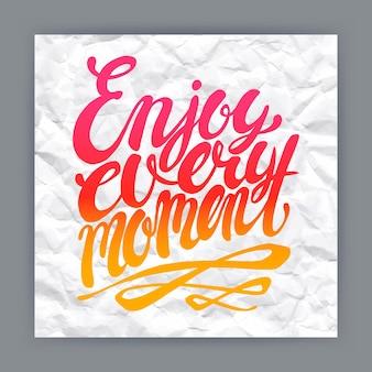 Genieße jeden moment - handgezeichnetes zitat auf zerknittertem papierhintergrund