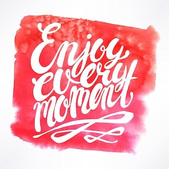 Genießen sie jeden moment - handgezeichnetes zitat auf rosa aquarellhintergrund