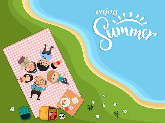 Genießen sie sommer, moderne flache art des glücklichen familienpicknicks im freien in der draufsicht der grünen wiese. vektor-illustration.