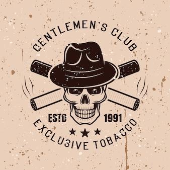 Gentleman-schädel mit hut und gekreuzten zigaretten vektor-vintage-emblem auf hintergrund mit grunge-texturen