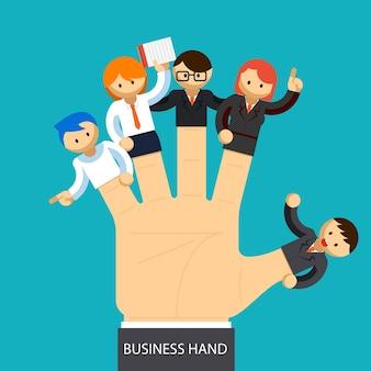 Geöffnete geschäftshand mit dem mitarbeiter an jedem finger. managementkonzept.