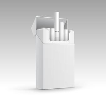 Geöffnete packung zigaretten isoliert auf hintergrund