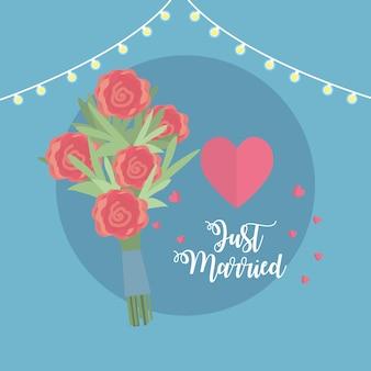 Gerade verheiratete feier mit blumenstrauß und herzen