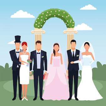Gerade verheiratete paare, die über blumenweding bogen und landschaft stehen