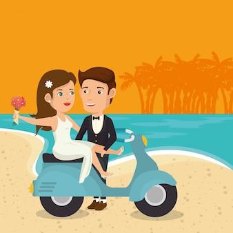Gerade verheiratetes paar am strand mit motorrad