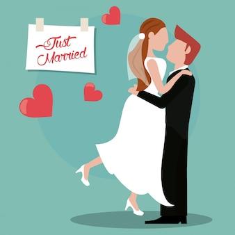 Gerade verheiratetes paar reizend