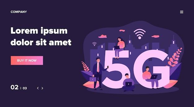 Gerätebenutzer, die 5g city internet genießen. menschen, die smartphones und laptops benutzen. kann für kommunikation, interaktion, drahtlose hochgeschwindigkeitsverbindung, telekommunikationsausrüstung und soziales netzwerkkonzept verwendet werden