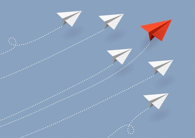 Geschäft. rotes papierflugzeug, das ändernde richtung auf blauen himmel fliegt