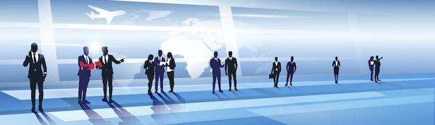 Geschäft team silhouette in airport businesspeople group über weltkarten-reise-flug-konzept