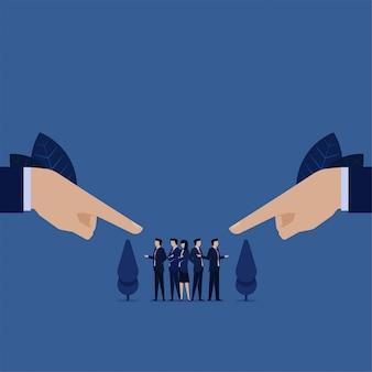 Geschäft zeigte durch die selbstverteidigung des zweihandteams von der schuld für fehler.