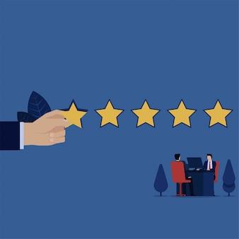 Geschäftliche arbeit am schreibtisch mit dem kunden und gab fünf sterne für die bewertung.