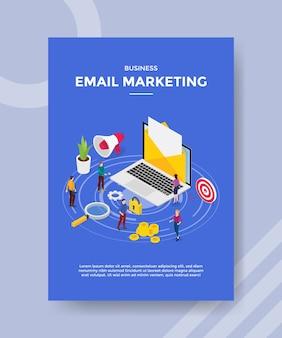 Geschäfts-e-mail-marketing auf laptop-leuten, die in der nähe für vorlage des banners und des flyers stehen