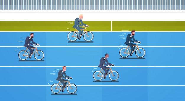 Geschäfts-führungs-und wettbewerbs-konzept-gruppe wirtschaftler reiten die konkurrierenden fahrräder