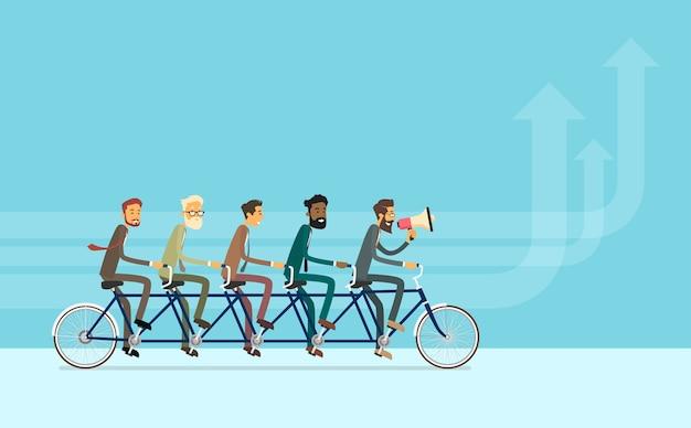 Geschäfts-leute-gruppen-reitfahrrad-teamwork