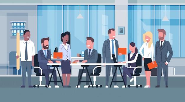 Geschäfts-team-brainstorming-sitzung, gruppe wirtschaftler, die zusammen im büro besprechen n sitzen