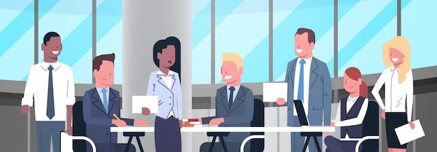Geschäfts-team-kreativer prozess, der brainstorming, gruppe wirtschaftler zusammen in modernem weg trifft
